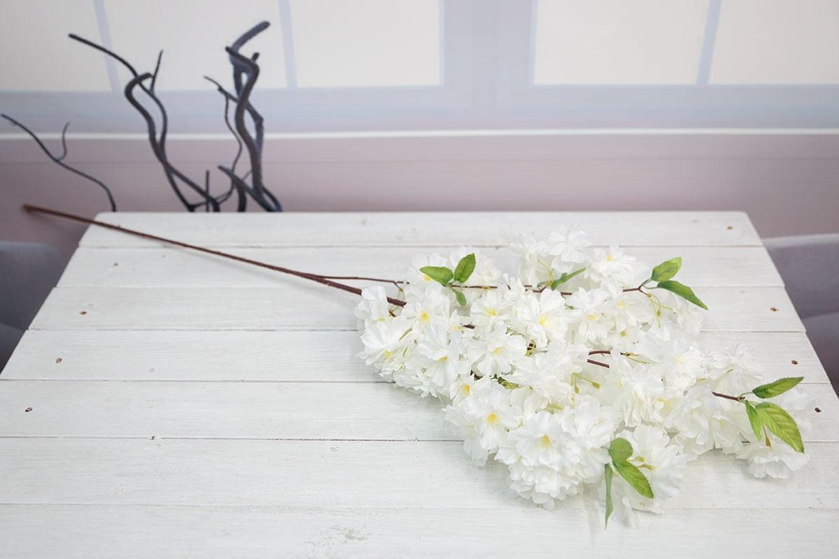 크림색 벚꽃가지를 테이블에 올려놓고 찍은 사진