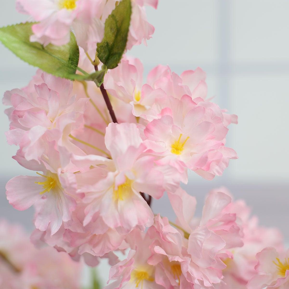 노란 꽃씨가 있는 다크핑크색 꽃송이 디테일