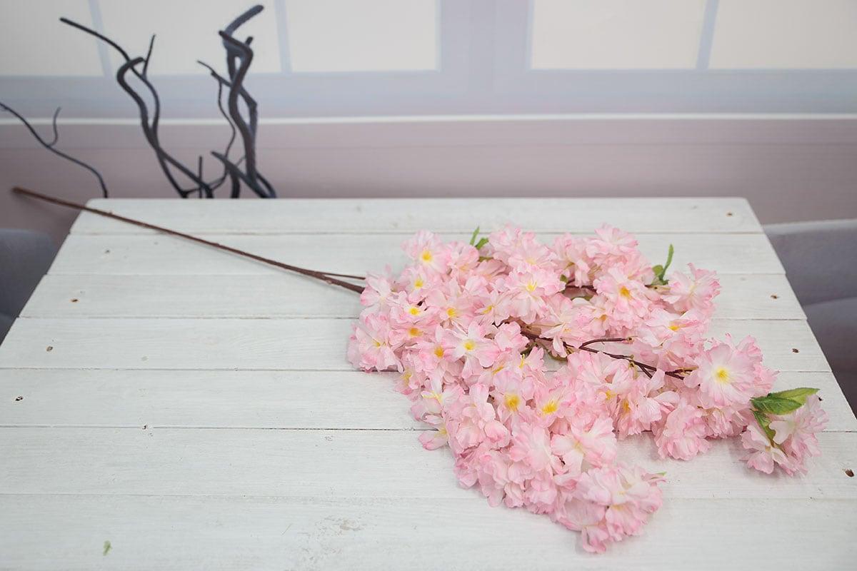 다크핑크색 벚꽃가지를 테이블에 올려놓고 찍은 사진