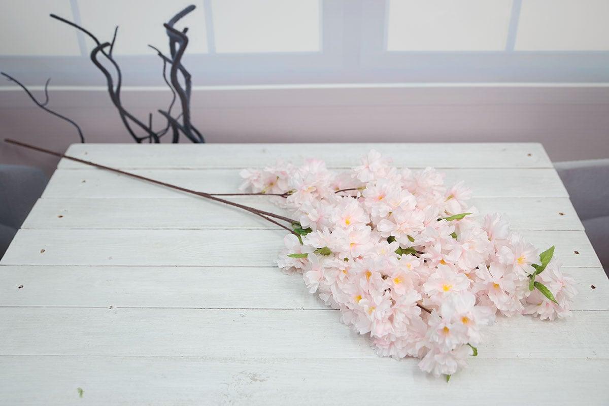 라이트핑크색 벚꽃가지를 테이블에 올려놓고 찍은 사진