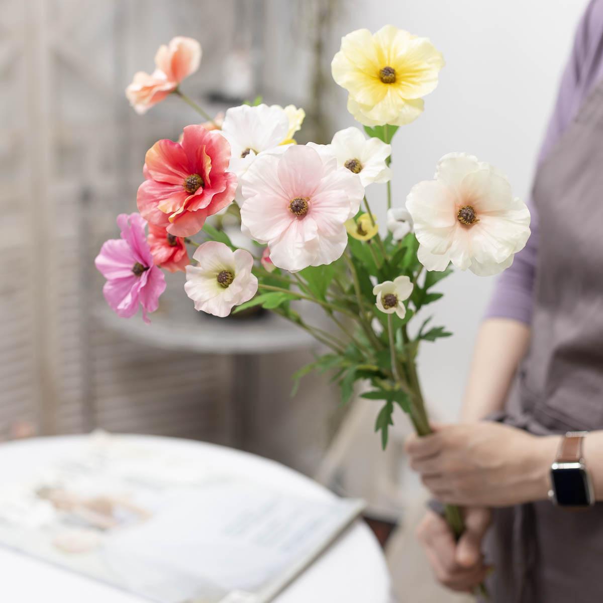 버터플라이 라넌큘러스 꽃 가지 60cm 손에든 사진