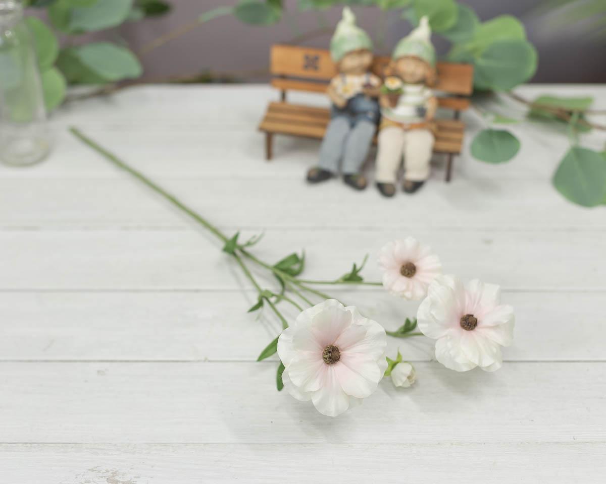 버터플라이 러넌큘러스 꽃 가지 56cm Cream/Pink(크림/핑크) 테이블에 놓은 이미지