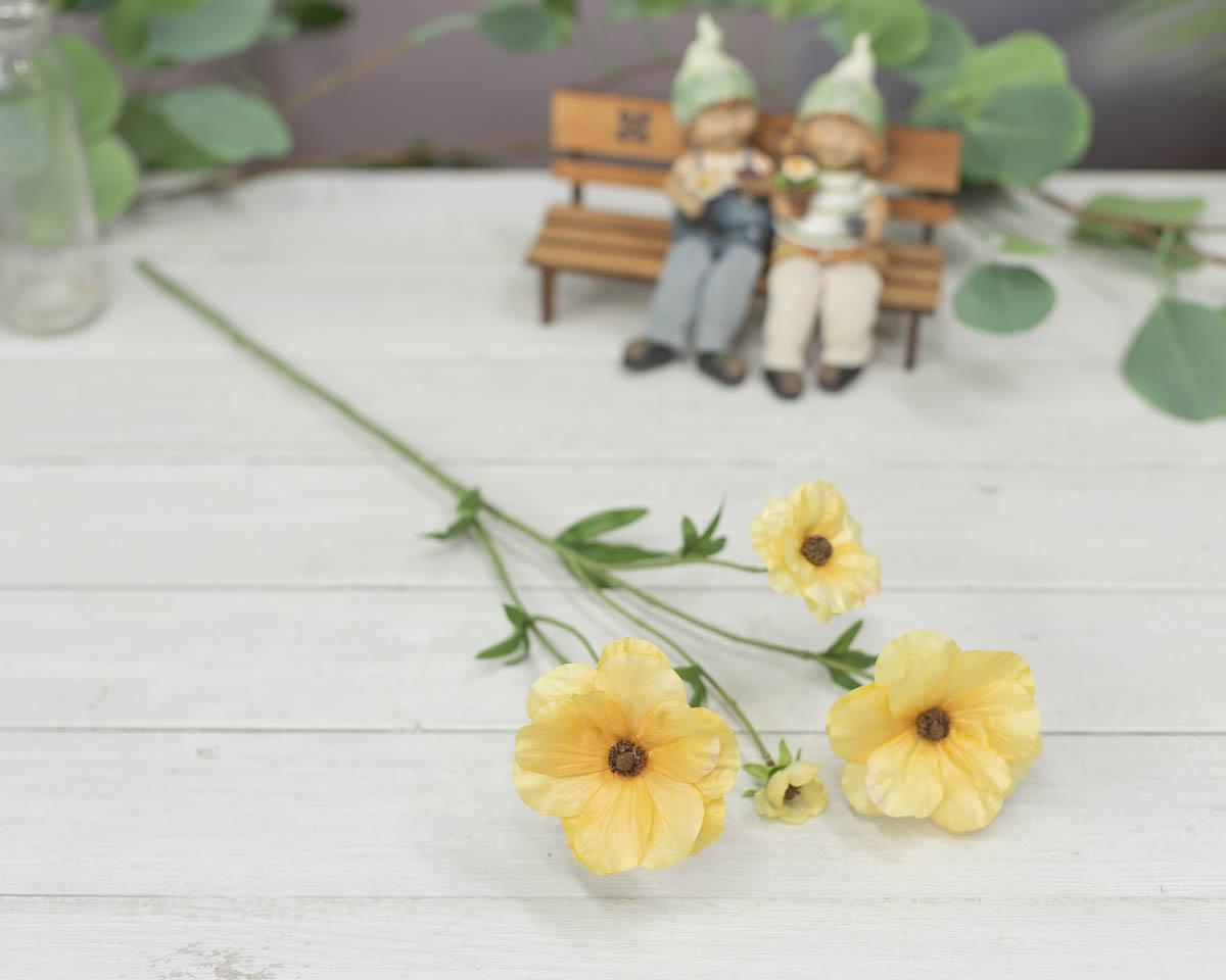 버터플라이 러넌큘러스 꽃 가지 56cm Yellow(옐로우) 테이블에 놓은 이미지