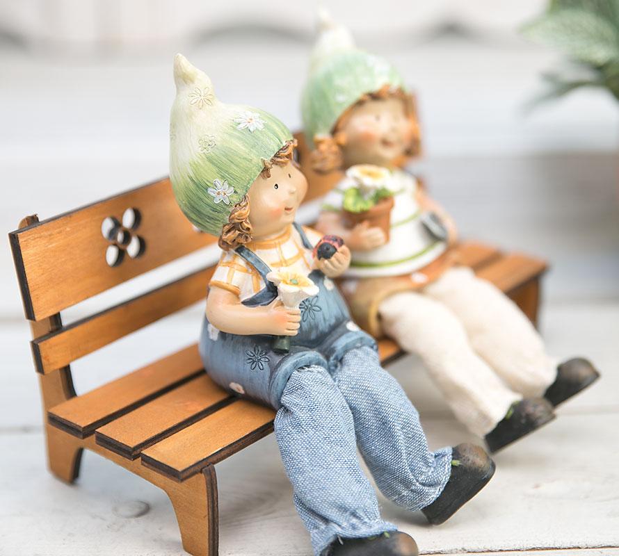 인형용 벤치에 앉아있는 남자아이쪽 이미지