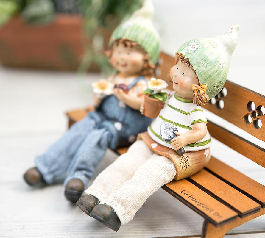 인형용 벤치에 앉아있는 여자아이쪽 이미지